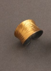 Maria Samora 18kt Gold Ring with Floral Pattern